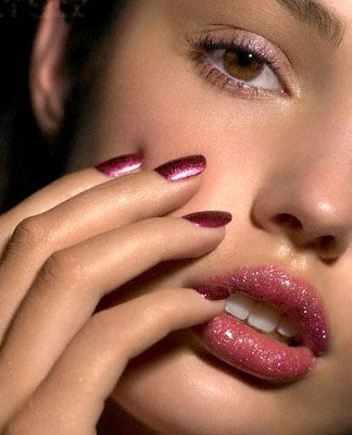 رژ لب در آرایش با پوست سفید و چشم قهوهای