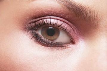 سایه چشم در آرایش با پوست سفید و چشم قهوهای