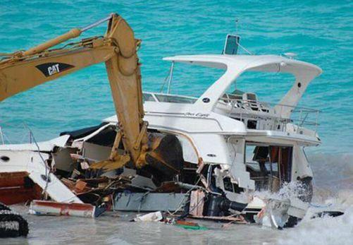 تصاویر تخریب کشتی چند میلیون دلاری در ساحل!