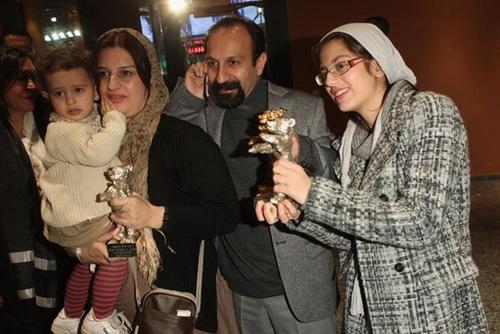 عکس: اصغر فرهادی در کنار همسرش و فرزندانش www.TAFRIHI.com