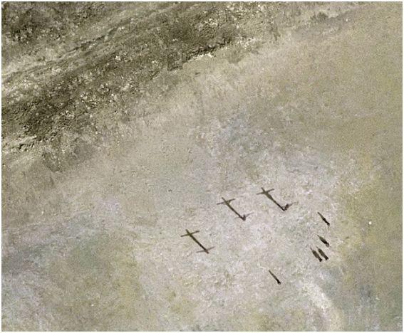 تصاویری جالب از شکافته شدن دریا به دستور موسی (ع) و به صلیب کشیدن عیسی (ع) - Bitrin.com