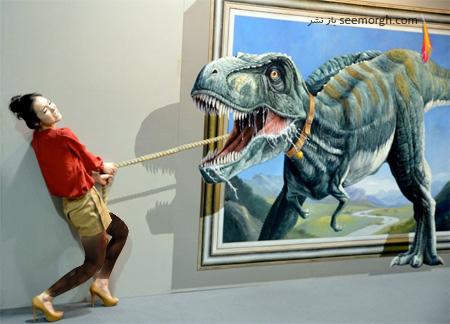 بازدیدکنندگان در نمایشگاه نقاشی سه بعدی