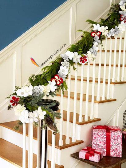 پله های درون خانه را برای کریسمس تزیین کنید