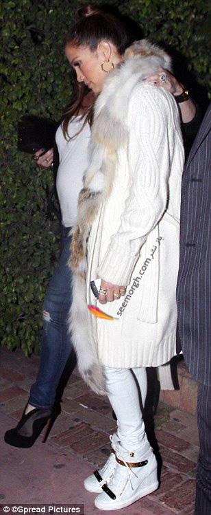 تصاویری از لباس پوشیدن یک دست سفید رنگ جنیفر لوپز !
