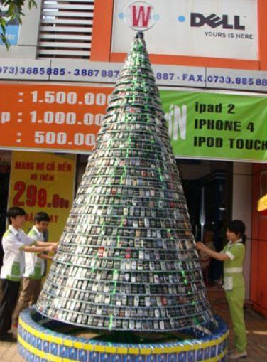 درخت کریسمس ساخته شده از ۲۵۰۰ گوشی موبایل! + عکس
