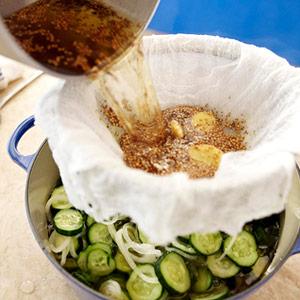 مرحله پنجم تهیه خیارشور به سبک آمریکایی: اضافه کردن شربت,خیار شور به سبک آمریکایی,طرز تهیه خیارشور,درست کردن خیارشور,آموزش درست کردن خیارشور در خانه