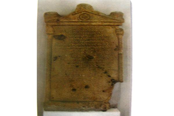 کتیبه سنگی در معبد لائودیسه نهاوند