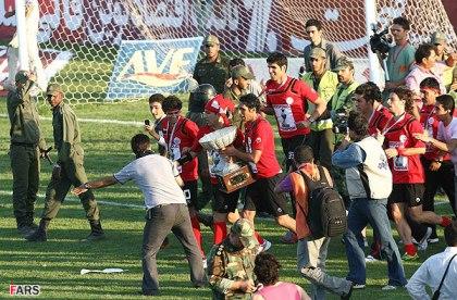 تصاویری از تفاوت جشن قهرمانی فوتبال در ایران و اروپا www.TAFRIHI.com