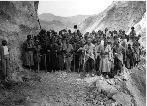عکسی دیدنی از ساخت جاده چالوس با دستان خالی در سال 1312 !!