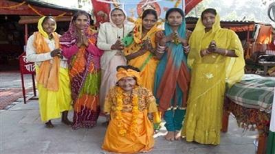 عبادت زنی در هند به دلیل قد کوتاه + عکس