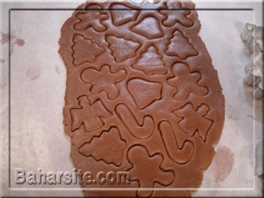 مرحله هشتم درست کردن شیرینی آدمکی برای کریسمس