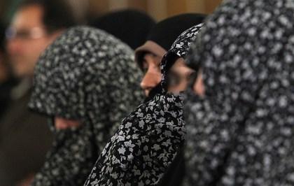 خوردن محجبه بسیج دبیرستان شاهد امام رضا (ع) - این خانم های محجبه با ...